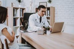 Laptop consulta gynecology Hospital Vientre fotos de archivo libres de regalías