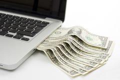 Laptop contant geld Stock Afbeeldingen