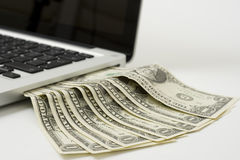 Laptop contant geld Royalty-vrije Stock Fotografie