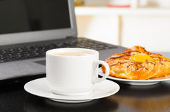 Laptop and cup of coffee Royalty Free Stock Photography