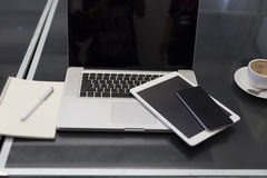 laptop, cyfrowa pastylka i telefon komórkowy na czerń stole, Zdjęcie Royalty Free