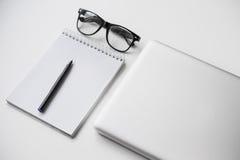 Laptop, czarni szkła, pióro i notatnik, Fotografia Royalty Free