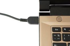 Laptop czopujący wewnątrz ładować Fotografia Stock