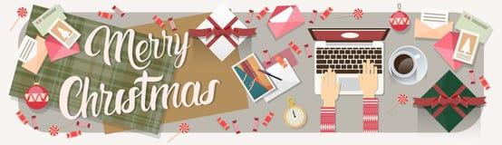 Laptop da posse das mãos que datilografa a decoração do Feliz Natal do ano novo Imagens de Stock Royalty Free
