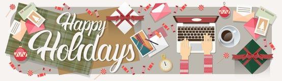 Laptop da posse das mãos que datilografa a decoração do Feliz Natal do ano novo Fotos de Stock Royalty Free