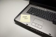 Laptop danken Ihnen stockfoto