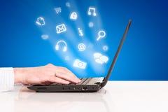 Laptop de aanrakingsstootkussen van de bedrijfsmensenhand, technologie sociale verbinding Royalty-vrije Stock Afbeelding