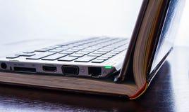 Laptop de computer met gekleurde boeken bestudeert, bibliotheek, online technologie, computer royalty-vrije stock afbeelding