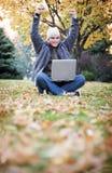 Laptop in de herfst Stock Afbeeldingen