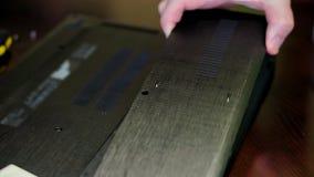 Laptop de reparatie, mens opent de rugdekking van laptop stock video