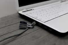 Laptop de veiligheid van Internet met lan kabel op combinatieslot stock foto's