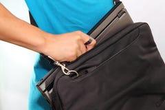 Laptop in de zak Royalty-vrije Stock Foto's
