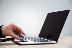 Laptop diagnostiekstethoscoop royalty-vrije stock foto's