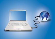 Laptop die aan wereld wordt aangesloten Stock Foto