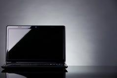 Laptop die op weerspiegelende lijst is ontsproten Stock Foto