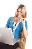 Laptop die van de vrouw in blauw glimlacht Stock Foto's