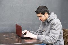 Laptop do homem, à moda urbano. fotografia de stock royalty free