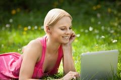 laptop do młodych kobiet Obrazy Stock