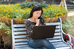 laptop do młodych kobiet Fotografia Stock