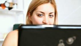 laptop do młodych kobiet zdjęcie wideo