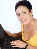 laptop dojrzała kobieta obraz stock