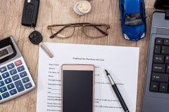 Laptop, dokument o samochodowym zakupu, dolara, kalkulatora, pióra i zabawki samochodzie, Fotografia Stock