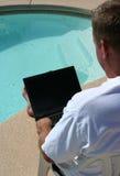 Laptop door pool Royalty-vrije Stock Afbeeldingen