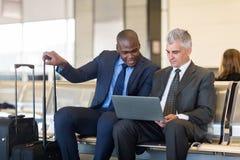 Laptop dos homens de negócios Fotos de Stock Royalty Free