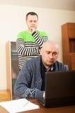 laptop działa dwóch przyjaciela zdjęcie royalty free