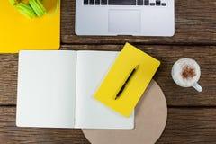 Laptop, dzienniczek, pióro, kawowy kubek i hełmofony, Obrazy Stock