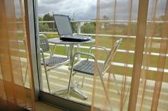 Laptop in een Balkon Royalty-vrije Stock Afbeelding