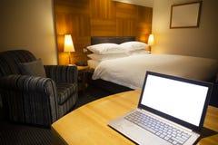 Laptop in een luxueuze hotelruimte Stock Foto
