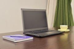 Laptop ein Adressbuch, Schale und sperren auf dem Tisch ein Lizenzfreie Stockfotografie