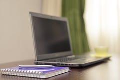 Laptop ein Adressbuch, Schale und sperren auf dem Tisch ein Lizenzfreie Stockbilder