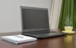 Laptop ein Adressbuch, Schale und sperren auf dem Tisch ein Stockfoto