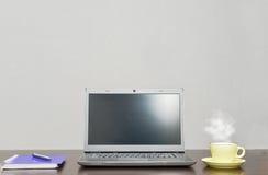 Laptop ein Adressbuch, Schale und sperren auf dem Tisch ein Stockbild