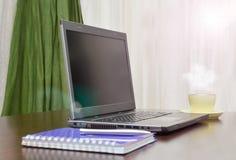 Laptop ein Adressbuch, Schale und sperren auf dem Tisch ein Sun-Aufflackern Stockbilder