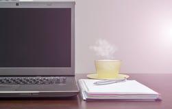 Laptop ein Adressbuch, Schale und sperren auf dem Tisch ein Sun-Aufflackern Lizenzfreie Stockbilder