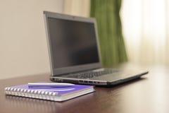 Laptop ein Adressbuch und ein Stift auf dem Tisch Stockfotografie