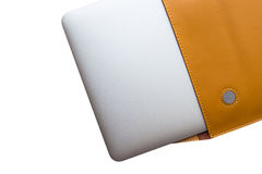 Laptop em um exemplo de couro da tampa imagens de stock