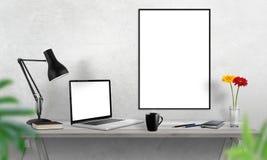 Laptop en affichekader op bureau Koffie, cactus, notitieboekje, lamp op lijst stock afbeelding