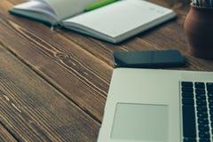 Laptop en agenda op het bureau Stock Foto