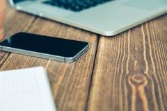 Laptop en agenda op het bureau Stock Fotografie