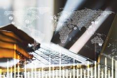 Laptop en bedrijfsgrafiek met wereldkaart Stock Foto