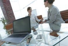 Laptop en een smartphone op de Desktop van een zakenman royalty-vrije stock afbeeldingen