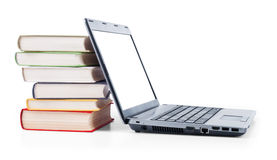 Laptop en een stapel oude boeken Royalty-vrije Stock Fotografie