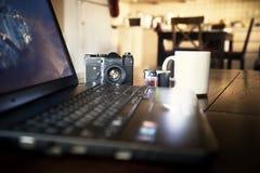Laptop en filmcamera op lijst stock afbeeldingen