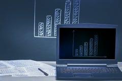 Laptop en financiële grafiek Achtergrond Royalty-vrije Stock Afbeeldingen