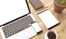 Laptop en gadgets op lijst Royalty-vrije Stock Foto's