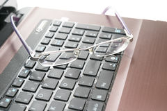 Laptop en glazen Stock Afbeeldingen